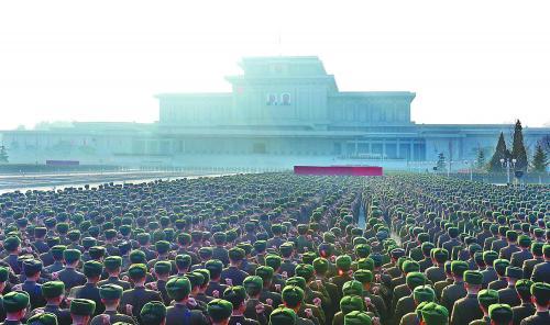图片说明:为纪念金正日逝世两周年,朝鲜16日在平壤锦绣山太阳宫广场举行人民军誓师大会。