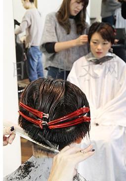 日本女性流行长发盖板寸举手投足散发不同气质