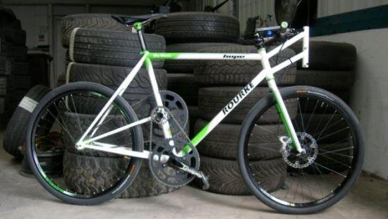 这辆自行车的时速可达180公里。