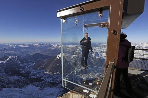 阿尔卑斯山上建透明空中看台游客步步惊心(图)(3)