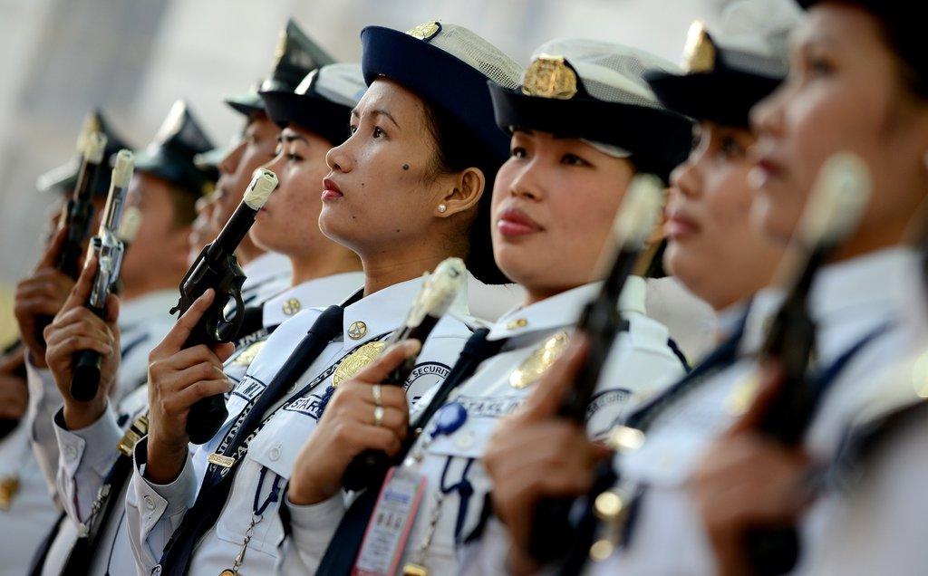 菲律宾安保人员枪支封口 以避免新年当天意外走火