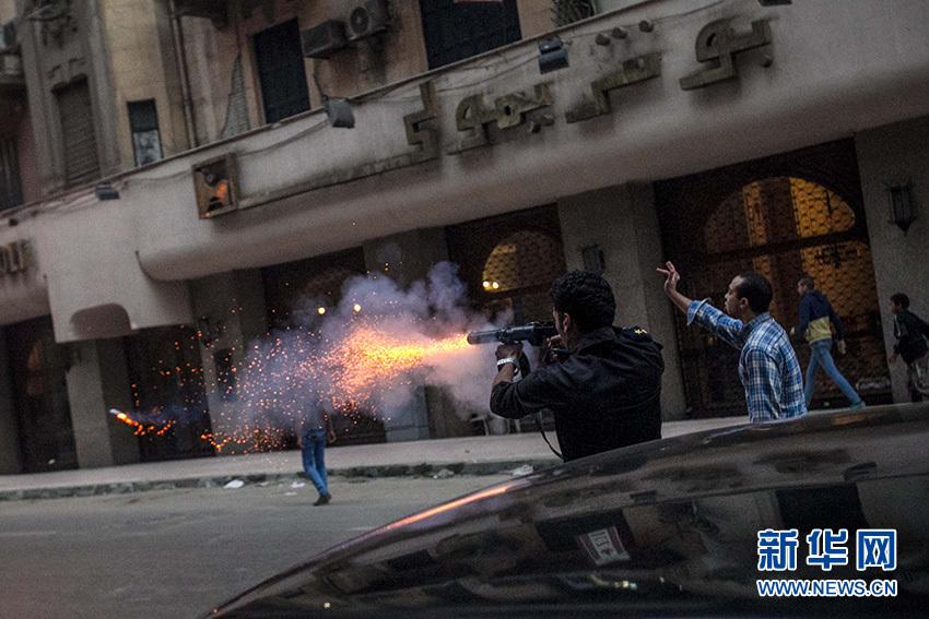 12月1日,在埃及首都開羅解放廣場,防爆警察向示威者發射催淚瓦斯。