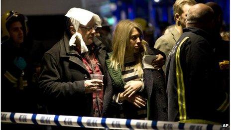 伦敦一剧院演出时天花板突然坍塌已致超80人受伤