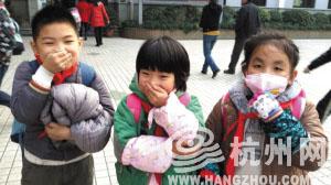紫阳小学小朋友放学后做表情 毛慈萍 摄