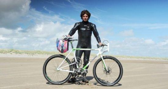 英国自行车选手盖伊·马丁凭借这辆超级山地车打破纪录。