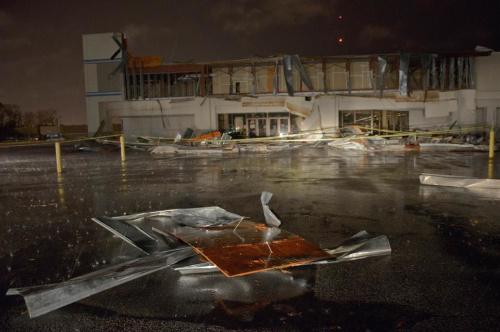 路易斯安那周北部一家书店的门面被大风摧毁。