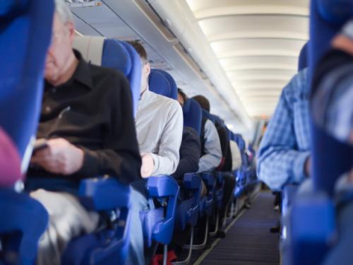 美国飞机座椅间距变窄乘客搭机像挤沙丁鱼罐头