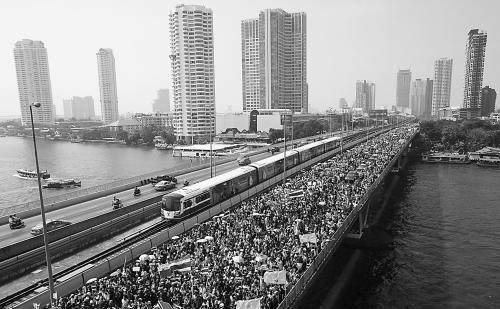 示威者22日在曼谷市中心抗议巡游,城市交通堵塞。
