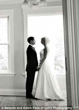 父亲与女儿重拍婚纱照场景纪念亡妻(图)(4)