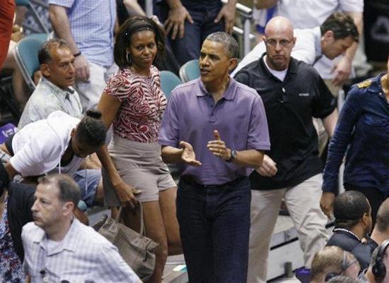 奥巴马与夫人于22日在夏威夷观看篮球比赛