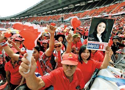 11月30日,曼谷,泰国红衫军示威者举行集会,声援英拉政府。