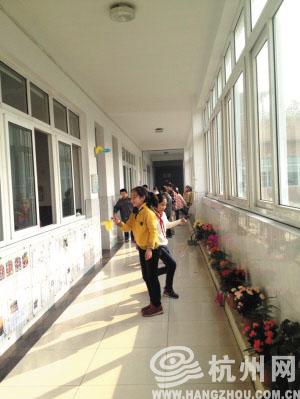 饮马井巷小学小朋友在走廊上踢毽子 徐岚 摄