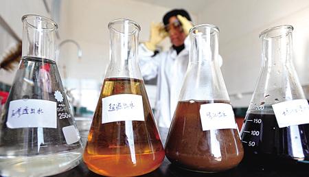 在该场化验室,从右到左依次排列着渗滤液经过3道工艺处理后的外观变化过程。