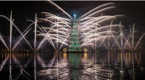 巴西点亮世界最高圣诞树高85米随湖漂浮(图)