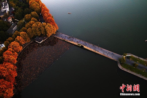 从西湖白堤断桥俯瞰,杭州美不胜收。