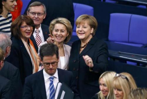 默克尔开启德国总理第三任期一身黑色表情轻松