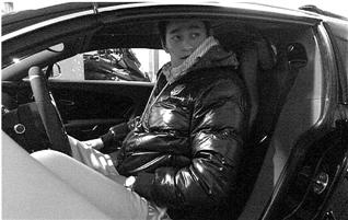 杭州某小区地下车库里,孙杨被拍到坐在价值4000万的布加迪超跑上。