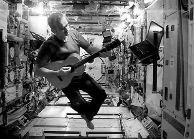 最新电影地球引力_揭秘宇航员真实生活:眼泪因张力聚成一团(组图)-最新新闻