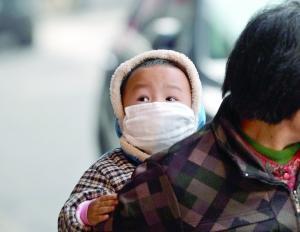 一个外出的孩子厚衣物加身、保暖御寒。  金陵晚报记者 刘鹏 摄