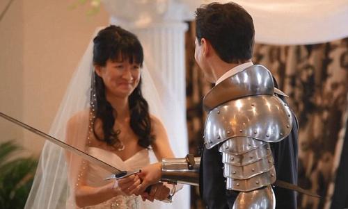 新娘交给新郎一把剑,告诉他为自己而战。