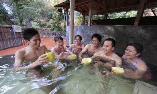 日本人冬至爱泡柚子汤手拿柚子享泡汤乐趣(图)