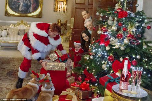 """""""哈里王子""""扮演圣诞老人,为侄子拿礼物。"""