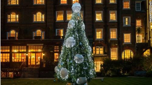 在伦敦一家酒店外,一个制伞品牌用他们生产的伞装饰了圣诞树。