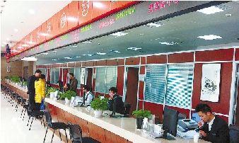 """绍兴柯桥公共服务中心大楼内的""""中介超市""""。"""