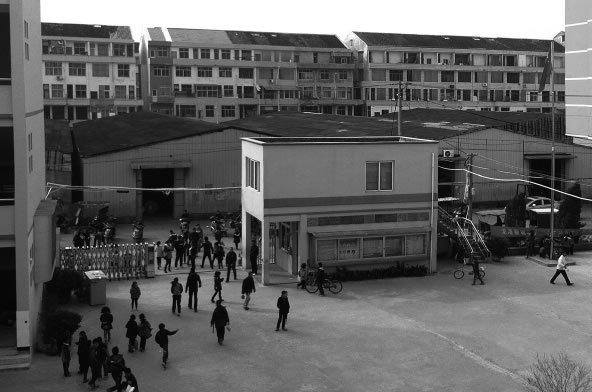 温州龙港小学操场用地建仓库 出租期满有借无回
