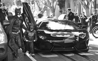"""5岁癌童化身""""蝙蝠侠""""散播爱看警长跳冰冷海水"""