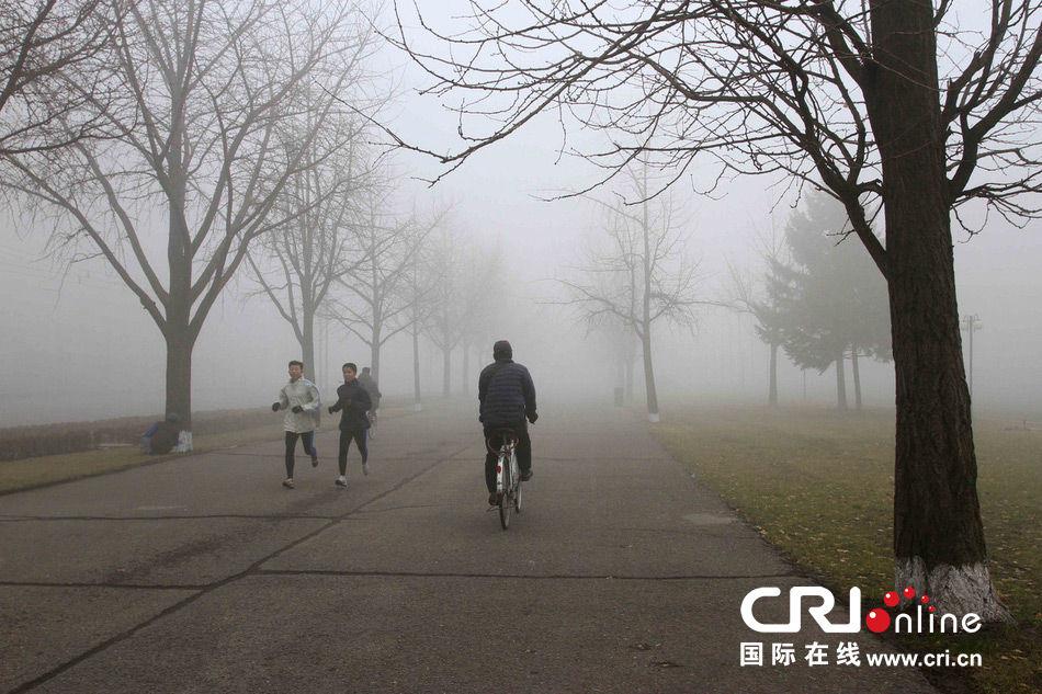 当地时间2013年10月4日,朝鲜平壤雾霾严重,能见度不足百米。图片来源:Kim Kwang Hyon/东方IC