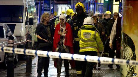 伦敦阿波罗剧院楼顶坍塌伤者下调至76人(图)