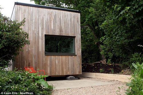 这栋立体房屋高3米,宽4米,完全能够让两口人住得舒舒服服。