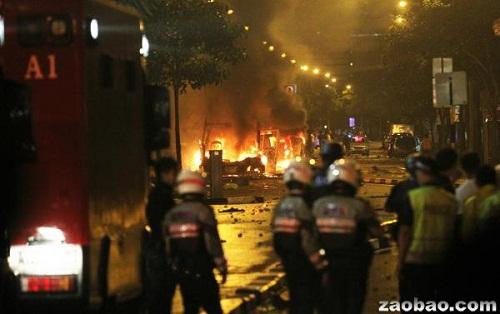 新加坡印度裔聚居区400人暴动警车被焚烧推翻