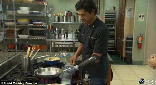 厨师失左手换义肢再烹美食乐观称不怕割伤(图)