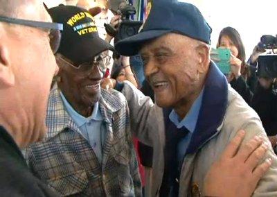 美国两名107岁老兵相聚忆与日本作战岁月(图)