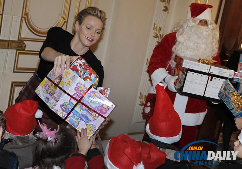 摩纳哥亲王夫妇出席传统圣诞树典礼 为儿童分发礼物