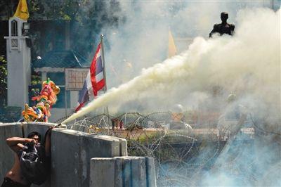 1日,曼谷,反政府示威者在政府机构前与警方发生冲突。