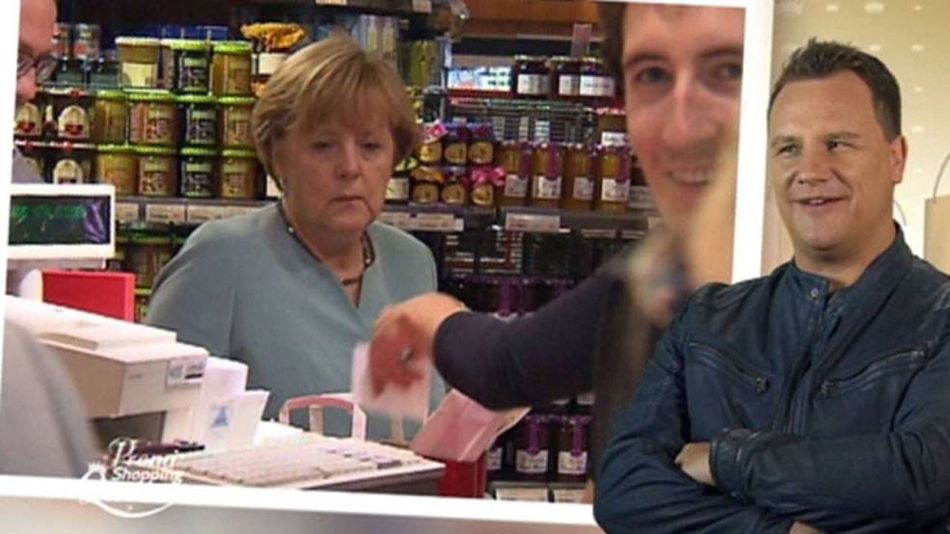 图为默克尔(Angela Merkel)当天购物时的情景