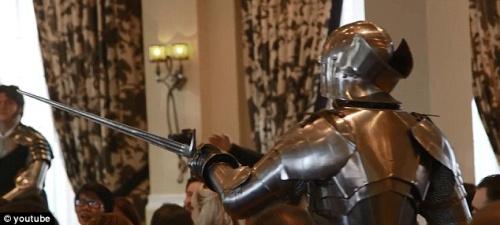 盔甲武士打断了婚礼,要求挑战新郎。