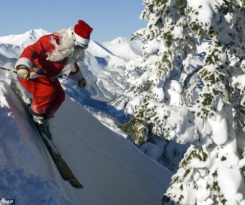 圣诞老人在送礼物的过程中忙里偷闲,跑到美国科罗拉多州滑起了雪。