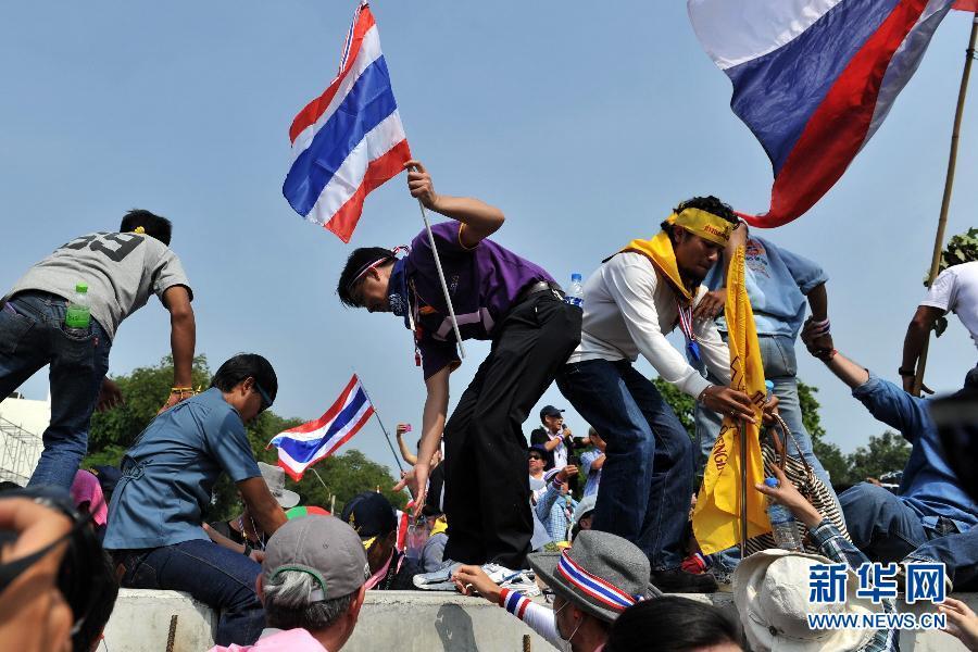 (国际)(8)泰国反政府示威者要求英拉交权