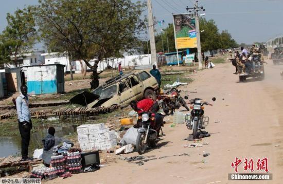 """据外媒12月25日报道,南苏丹政府军与反政府武装的血腥冲突已持续超过一周,造成""""史上最大人道主义危机之一"""",传出种族屠杀暴行,并发现数处""""乱坟堆""""。"""