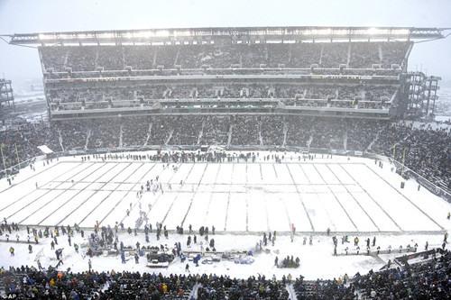 席卷整个美国的暴风雪也影响了橄榄球赛,整个场地都几乎被白雪掩埋。