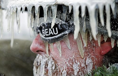 坚持观赛的球迷自己都几乎被冻成了冰柱。