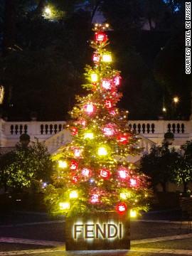 意大利奢侈皮具品牌在罗马一家酒店和自己的总部,都将手包挂在了圣诞树上。