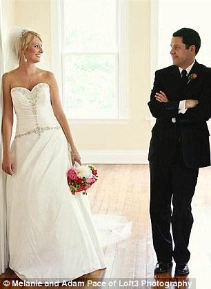 父亲与女儿重拍婚纱照场景纪念亡妻(图)(2)