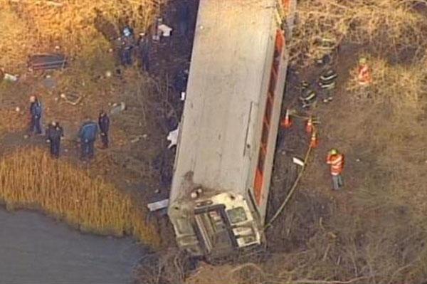 美国纽约一列车脱轨5节车厢翻转 至少4人死亡
