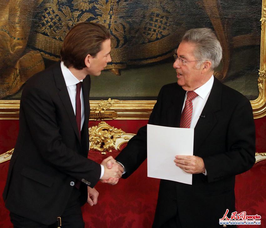 27岁的奥地利新任外交部长塞巴斯蒂安·库尔茨(左)出席新一届内阁的就职典礼。(图片来源:东方IC 版权所有,违者必究)
