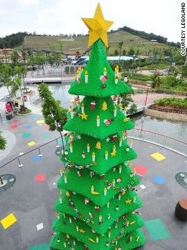 马来西亚的乐高乐园,用乐高玩具搭建了高达9米的圣诞树。